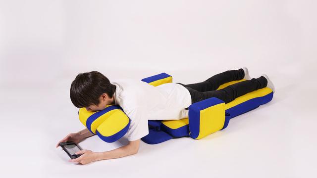 【座り方9】うつ伏せで首も支えながらゲームプレイ
